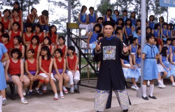 一群活泼女学生遇到一只清朝鬼,此鬼以法术帮助女学生在运动场上神奇
